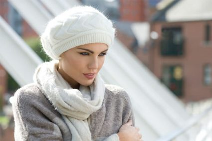 Knitwear hat for hair loss Cindy Woman wearing a soft white knitted hat