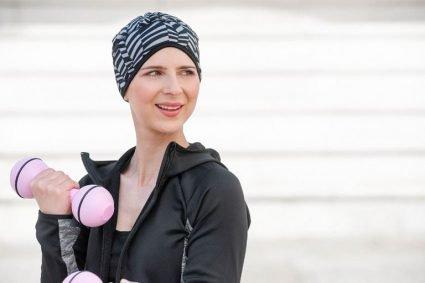 Sporty woman wearing a Black and grey ziqzaq printed headwear